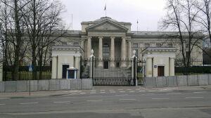 Barierki przed ambasadą rosyjską.  Policja szykuje się na protest