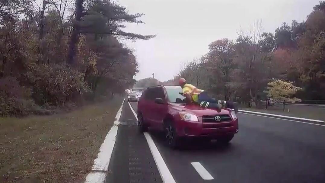 Kierował ruchem, został potrącony. Przejechał na masce auta kilkanaście metrów