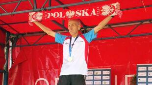 Dziarski dziadek. Ma 83 lata i wciąż wygrywa maratony